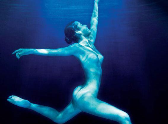 Sexy traje de mucama bajo el agua